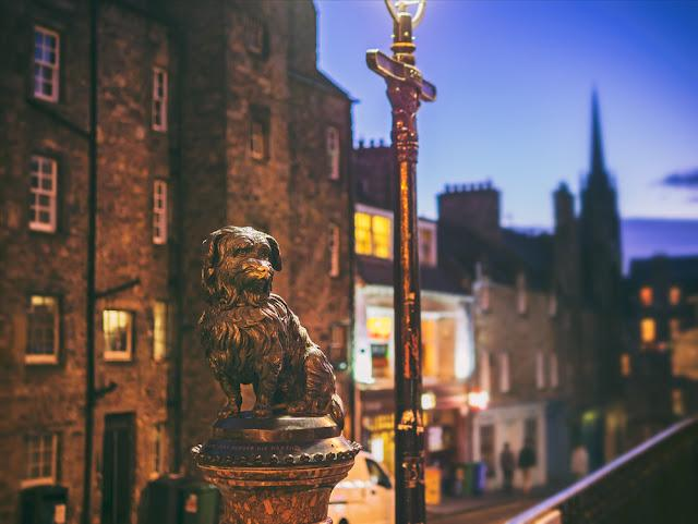 The statue of Greyfriars Bobby in Edinburghs old town who spent 14 years guarding the grave of his owner until he died himself. Edinburgh, Scotland, UK